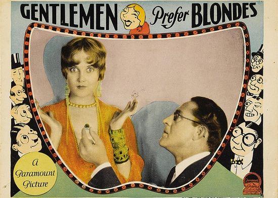 """Plakat filmu """"Gentlemen Prefer Blondes"""" (Mężczyźni wolą blondynki) z 1928 r. To właśnie on ugruntował mit głupiej blondynki (źródło: domena publiczna)."""