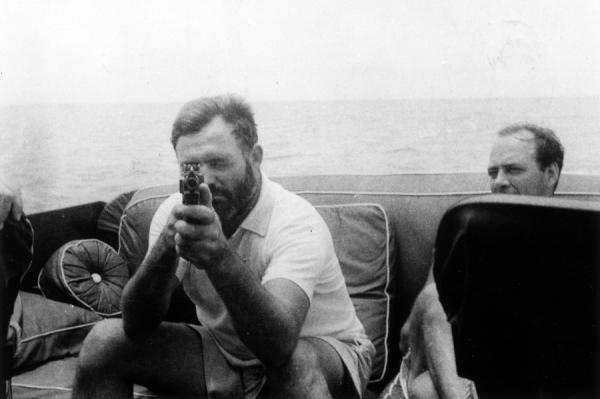 Ernest Hemingway na pokładzie swojej łodzi Pilar (fot. Ernest Hemingway Photograph Collection, John F. Kennedy Presidential Library and Museum; domena publiczna).