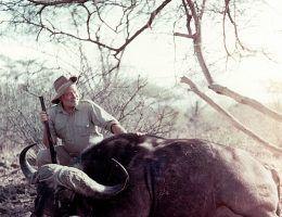 Ernest Hemingway pozuje z upolowanym przez siebie bawołem (fot. Ernest Hemingway Photograph Collection, John F. Kennedy Presidential Library, domena publiczna).