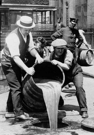 Wylewanie nielegalnego alkoholu w USA. W II RP byli tacy, którym również marzyła się prohibicja nad Wisłą.