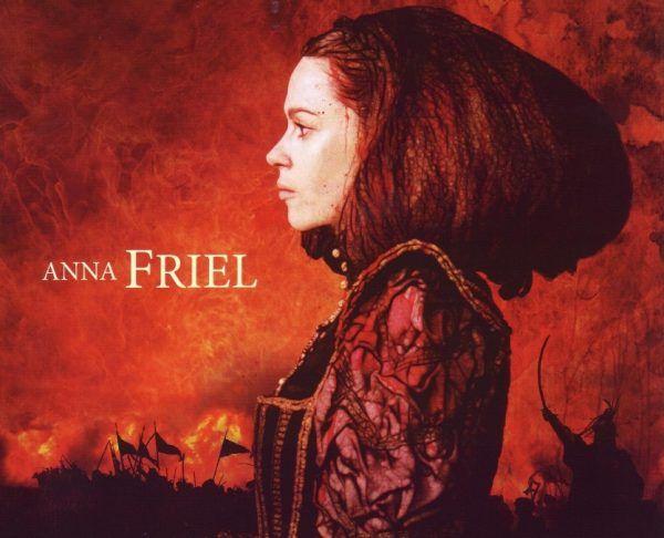 """Fragment plakatu promującego film """"Bathory"""" z Anną Friel w roli Elżbiety."""
