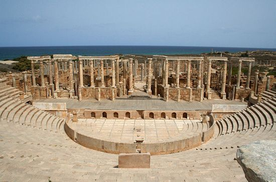 Pięknie zachowane pozostałości amfiteatru w Leptis Magna. To właśnie w tym miejscu zaczęli swoją pracę obrońcy dzieł sztuki (źródło: wikimedia commons, domena publiczna).