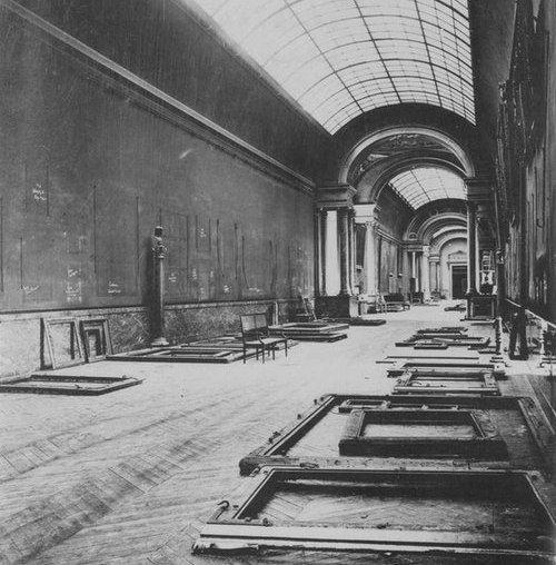 Puste sale Luwru podczas wojny. Akurat stąd wszystkie zabytki wywieziono (i ukryto) jeszcze zanim Niemcy rozpoczęli swój Blitzkrieg.