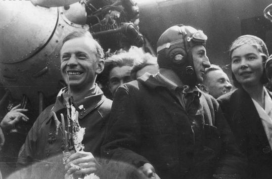 Zanim kapitan Stanisław Skarżyński wyruszył na samotny lot przez Atlantyk zapisał na swoim koncie m.in. lot nad Afryką. Na zdjęciu kapitan Skarżyński (z lewej) na lotnisku mokotowskim po powrocie do kraju.