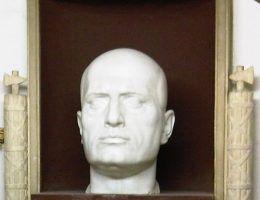 Rzeźbiona głowa Mussoliniego w jego grobowcu (fot. Lovio, it.wikipedia, CC BY-SA 3.0).