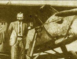 Stanisław Skarżyński pozuje do zdjęcia na tle samolotu. Jak łatwo zgadnąć po lekturze artykułu - oczywiście w garniaku.