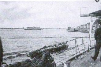 Archangielsk widziany z pokładu HMS Pozarica. Marynarze jeszcze nie wiedzą, jak gorące czeka ich powitanie... (przykładowa fotografia z książki: Godfrey Winn, P.Q.17: Opowieść korespondenta wojennego o tragedii konwoju, Finna 2011.