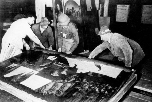 Oto co chciał robić Stout - ratować cenne zabytki. Jak te fragmenty ołtarza z Gandawy, znalezionego w kopalni soli (fot. National Archives and Records Administration, źródło: domena publiczna).