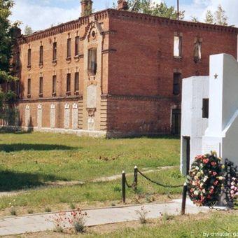 Budynek administracji dawnego obozu w Berezie Kartuskiej na współczesnym zdjęciu (fot. Christian Ganzer, lic. CC ASA 3,0)