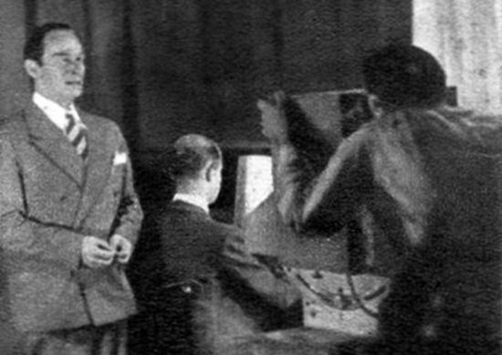Poznajecie tego pana? Tak, to właśnie Mieczysław Fogg występujący podczas pierwszej w Polsce transmisji telewizyjnej.