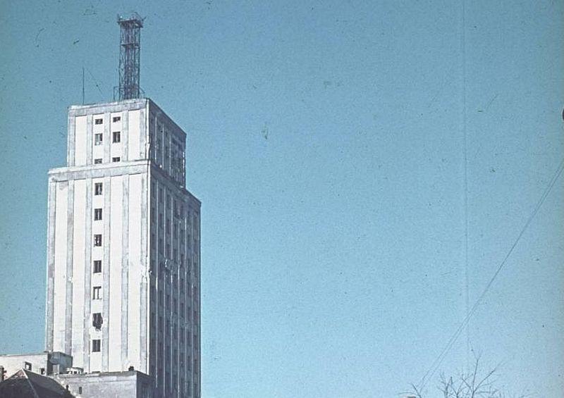 Już w 1938 r. na dachu warszawskiego Prudentialu stanęła (doskonale widoczna na zdjęciu wykonanym w 1939 r.) antena mająca służyć do nadawania sygnału telewizyjnego.