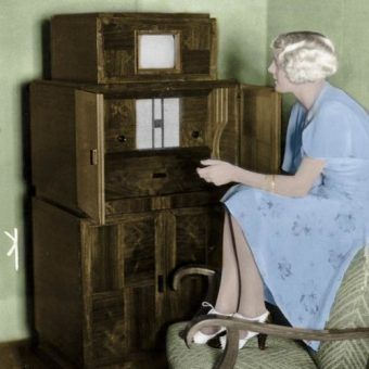 Gdyby nie wojna już w 1940 r. w Polsce ruszyłaby stała emisja sygnału telewizyjnego. Na zdjęciu z 1933 r. zestaw telewizora (na szczycie) i radia produkcji firmy Telefunken (źródło: Bundesarchiv; lic. CC ASA 3.0; koloryzacja RK).