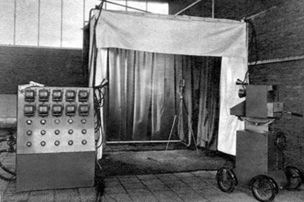 """Tymczasowe """"mobilne studio"""" telewizji polskiej na czas II Dorocznej Wystawy Radiowej w budynku YMCA. To właśnie z niego został wyemitowany pierwszy oficjalny polski program telewizyjny."""