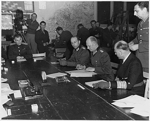 Generaloberst Alfred Jodl zapewne nawet nie podejrzewał w jakim pośpiechu przygotowywano akt kapitulacji III Rzeszy...
