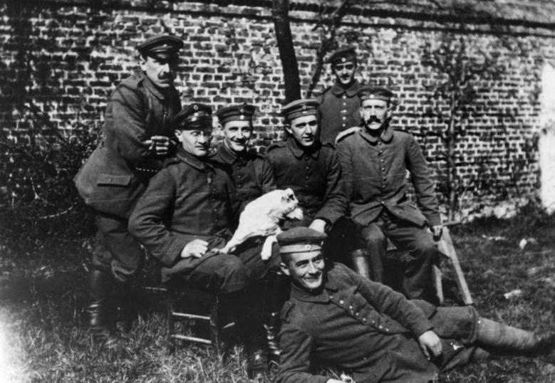 Hitler w 1914 roku (siedzi pierwszy z prawej) – niedługo po tym, jak rzekomo zaraził się syfilisem od wiedeńskiej prostytutki (źródło: Bundesarchiv; lic. CC ASA 3.0).