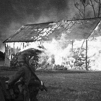 """Nie sposób zliczyć ile wsi Niemcy spalili na swojej drodze... (Przykładowa ilustracja z książki Jochena Böhlera pt. """"Najazd 1939. Niemcy przeciw Polsce"""")."""