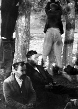 """Niemcy wszędzie widzieli polskich """"partyzantów"""". Na zdjęciu Polacy czekają na osądzenie, za rzekome strzelanie z ukrycia. Zdjęcie pochodzi z książki Jochena Böhlera pt. """"Najazd 1939. Niemcy przeciw Polsce""""."""
