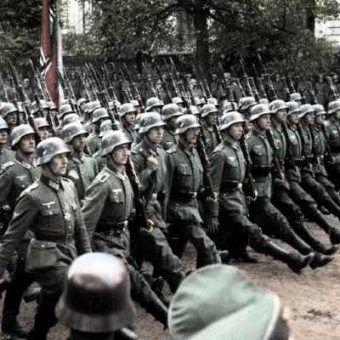 Żołnierze niemieccy z dumnie wypiętą piersią maszerują ulicami Warszawy... 1 września mało kto spodziewał się tak szybkiego sukcesu?