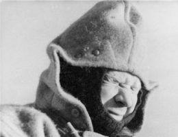 """""""Marynarzowi to zawsze wiatr w oczy"""". Fotografia z książki Wincentego Cygana pt. """"Granatowa załoga""""."""