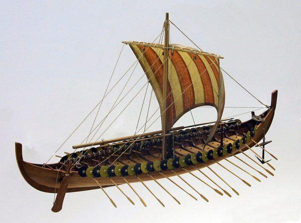 To właśnie na tego typu statkach przybywali na Islandię odkrywcy (rekonstrukcja łodzi Wikingów, fot. Softeis, lic. CC BY-SA 2.5).