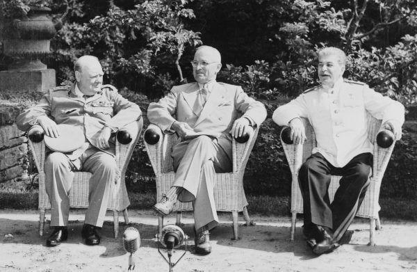 Churchill, Truman i Stalin na konferencji w Poczdamie. Z tej trójki tylko radziecki przywódca chciał przekazać Ziemie Zachodnie Polsce (źródło: U.S. National Archives and Records Administration, domena publiczna).