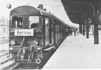 W takiej scenerii berliński zwyrodnialec czuł się jak ryba w wodzie... Na fotografii pierwszy pociąg berlińskiej S-Bahn.