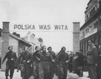 Polacy w Szczecinie w 1945 roku. Aliantom ich obecność była zdecydowanie nie na rękę...