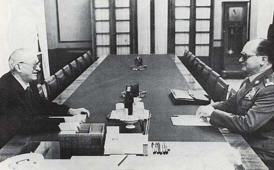 Jeżeli wierzyć radzieckim dokumentom, to gen. Wojciech Jaruzelski był bardzo niezadowolony brakiem chęci ze strony radzieckiej na interwencję zbrojną. Na zdjęciu Wojciech Jaruzelski wraz z szefem KGB Jurijem Andropowem (fot. D. Szlachta; lic. CC ASA 3.0).