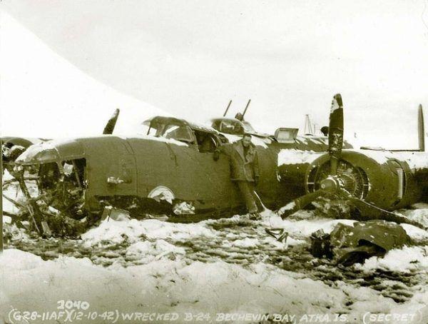 """Dla odmiany mroźniejsza sceneria niż w artykule. B-24 po """"lądowaniu"""" na Alasce (fot. warbirdinformationexchange.org)."""