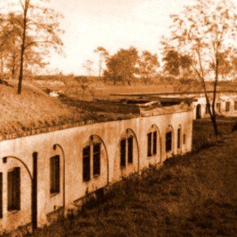 """Zabudowania poaustraickiego fortu w Krzesławicach gdzie w latach 1931-1941 Niemcy rozstrzelali około 440 osób (wszystkie fotografie pochodzą z albumu """"Kraków - czas okupacji 1939-1945"""")"""
