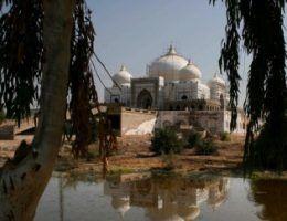 Krajobraz dzisiejszego Sindu. Architektura czerpiąca pełnymi garściami ze sztuki arabskiej. Na zdjęciu mauzoleum rodziny Bhutto (fot. Yazid97; lic. CC ASA 3.0).