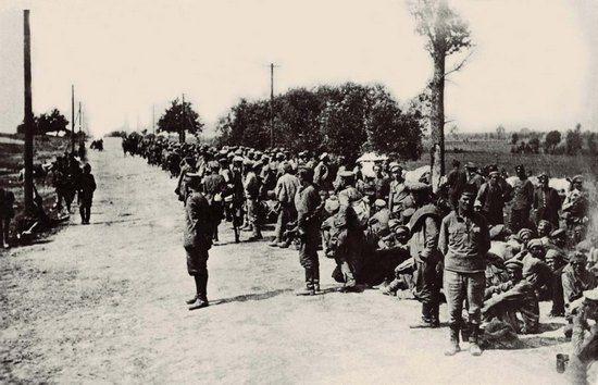 Żołnierze Armii Czerwonej wzięci do niewoli w trakcie bitwy warszawskiej. Rosjanie często twierdzą, że padli oni później ofiarą rzekomego ludobójstwa przebywając w polskich obozach jenieckich. Sami jednak wolą nie pamiętać jaki los zgotowali naszym żołnierzom wziętym do niewoli.