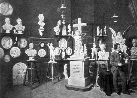 Autorem pięknego nagrobka Abdula Halika Usmiego był znany warszawski artysta i rzeźbiarz Bolesław Syrewicz. Tu widzimy go w jego pracowni na Zamku Królewskim