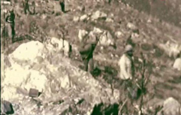"""Jeńcy pracowali od świtu do zmierzchu w kamieniołomie - kadr z filmu """"Mjatież w Prieispodniej""""."""