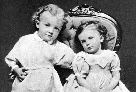 Jeszcze młodszy (bo ledwie czteroletni) Wołodia z siostrzyczką...