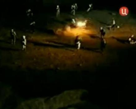 """Mudżahedini przez całą noc bezskutecznie atakowali broniących się w magazynie byłych jeńców – kadr z filmu """"Mjatież w Prieispodniej"""""""