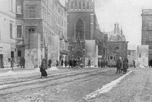 Ponura okupacyjna codzienność? Plac Wszystkich Świętych na początku lat 40...