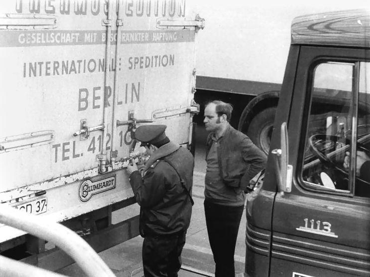Drobiazgowe kontrole? To nieuniknione przy wyjeździe z RFN do Berlina Zachodniego. I to dwukrotnie! Przejście w Poczdamie w 1972 roku (fot. Bundesarchiv, Bild 183-L0331-0009 / Reiche, Hartmut / CC-BY-SA 3.0).
