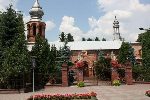 Ten piękny kościół w Hrubieszowie decyzją władz został zamieniony na magazyn dla wojska... (fot. Wojciech Koczułap, lic. CC BY-SA 3.0 pl).
