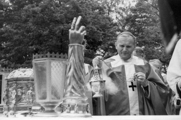 Tysiąclecie chrztu Polski zbliżało się wielkimi krokami, więc aparat władzy zaostrzał kurs antyklerykalny. Na zdjęciu arcybiskup Karol Wojtyła podczas jednej z milenijnych mszy (źródło: domena publiczna).