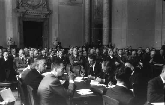 Proces uczestników zamachu z 20 lipca 1944 r. Jedno jest pewne niewielu Niemców z nimi sympatyzowało (źródło: Bundesarchiv; lic. CC BY-SA 3.0).