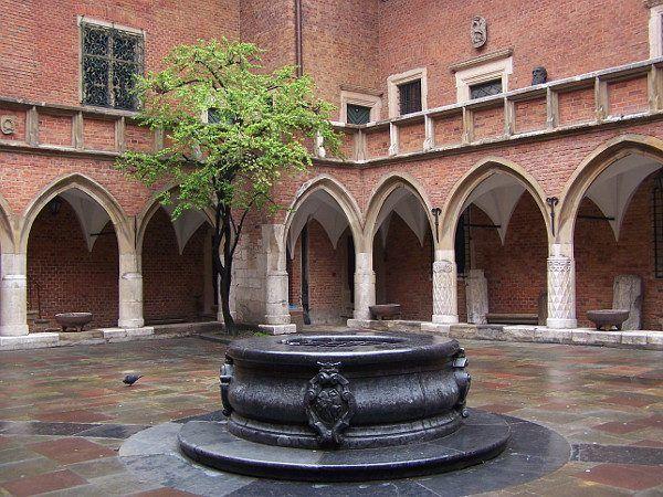 Studnia na dziedzińcu Collegium Maius UJ (fot. Jan Mehlich, CC BY-SA 3.0)