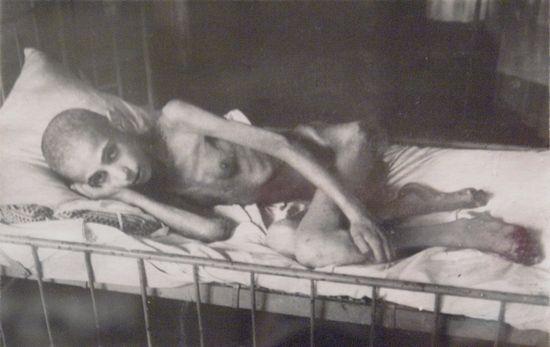 W oblężonym Leningradzie z głodu zmarły setki tysięcy ludzi. Na zdjęcie jeden z zagłodzonych leningradczyków .