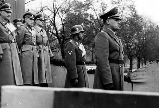 Friedricha Krüger (drugi z lewej) podczas defilady. Na pierwszym planie generalny gubernator Hans Frank (źródło: Bundesarchiv, lic. CC-BY-SA).