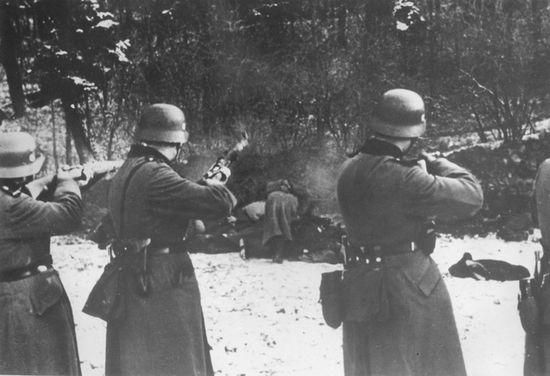 Za sprawą rozporządzenia z lutego 1945 roku mieszkańcy III Rzeszy poczuli na własnej skórze jak wyglądały nazistowskie rządy terroru w okupowanych krajach. Na zdjęciu egzekucje cywilów w Bochni.