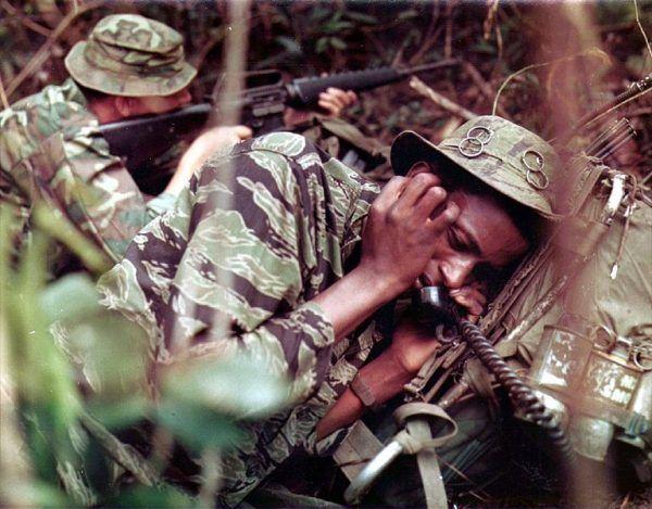 Upał, wszechobecne robactwo i żołnierze wroga czający się za każdym krzakiem. Takie były realia wietnamskiego koszmaru (źródło: domena publiczna).