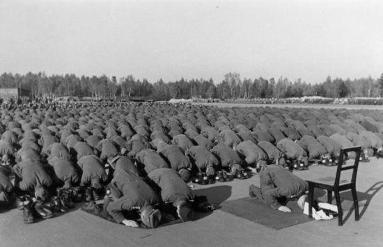 Muzułmańscy żołnierze Waffen-SS podczas modlitwy.