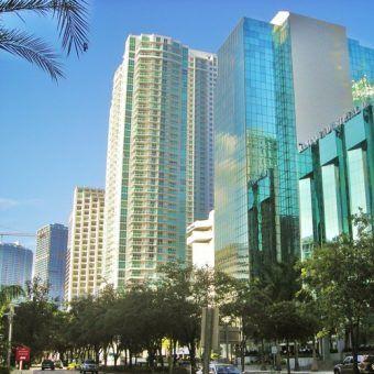Gangsterzy lubili inwestować torby pieniędzy w nieruchomości. Może i w tym pięknym budynku w Miami któryś z nich ma udziały? (fot. Comayagua99; lic. CC ASA 3.0).