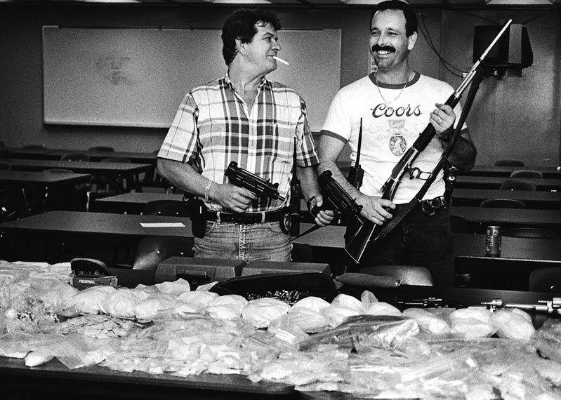 """Setki kilogramów narkotyków, miliony dolarów, broń i uśmiech na twarzy. Chcesz zbić fortunę? Zostań kokainowym kowbojem! Kadr pochodzi z filmu """"Kokainowi kowboje"""".Setki kilogramów narkotyków, miliony dolarów, broń i uśmiech na twarzy. Chcesz zbić fortunę? Zostań kokainowym kowbojem!"""