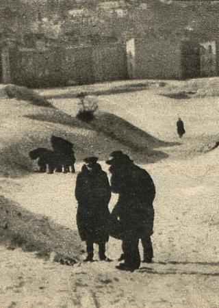 """Sądowa komisja podczas wizji lokalnej na wzgórzach przy ul. Zielonej. Zdjęcie z tygodnika """"Światowid""""."""
